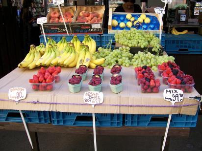 Pazarda meyve tezgahı